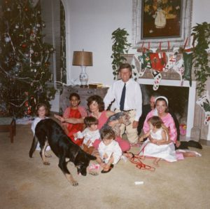 Kennedy-Family-Christmas-1962-3225972a